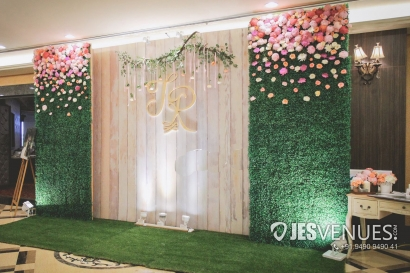 Simple Green Wall Flower Decoration